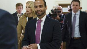 جورج بابادوبولوس، مستشار سابق في حملة دونالد ترامب الانتخابية، يصل لأول جلسة امام محققين في الكونغرس الامريكي في واشنطن، 25 اكتوبر 2018 (AP Photo/Carolyn Kaster)