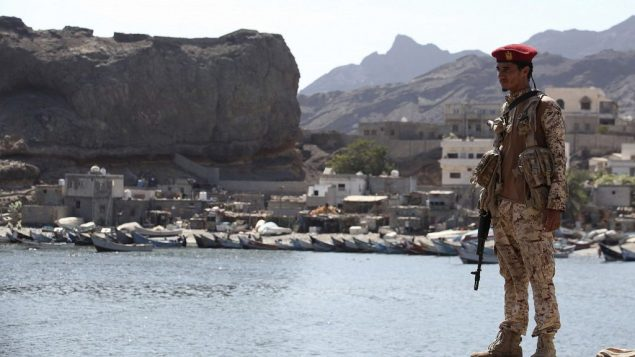 جندي موالي للحكومة اليمنية المعترف بها دوليا يحرس سوق السمك في عدن، اليمن، 13 ديسمبر 2018 (AP Photo/Jon Gambrell)