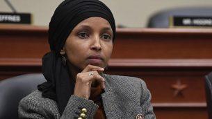النائبة إلهان عمر، الديمقراطية من ولاية مينيسوتا، في لجنة ميزانية مجلس النواب في الكابيتول هيل في واشنطن، 12 مارس 2019. (Susan Walsh/AP)
