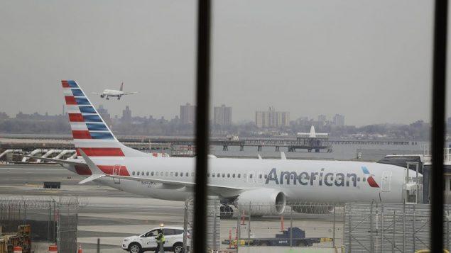 طائرة بوينغ 737 ماكس 8 تابعة لشركة الطيران الامريكية في مطار لاغارديا، نيويورك، 13 مارس 2019 (AP Photo/Frank Franklin II)