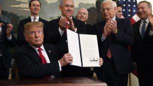 الرئيس الامريكي دونالد ترامب يحمل اعلان موقع يعترف بالسيادة الإسرائيلية في مرتفعات الجولان، الى جانب رئيس الوزراء بنيامين نتنياهو في غرفة الاستقبال الدبلوماسية في البيت الابيض، بواشنطن، 25 مارس 2019 (AP Photo/Susan Walsh)