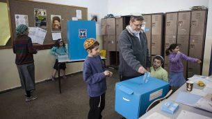 إسرائيلي يصوت في مستوطنة عفرات في 17 مارس 2015. (AP Photo / Dan Balilty)