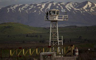 جندي سلام اممي من قوات الاندوف في برج مراقبة عند معبر القنيطرة بين سوريا ومرتفعات الجولان الخاضعة لسيطرة اسرائيلية، 8 مارس 2019 (AP/Ariel Schalit)
