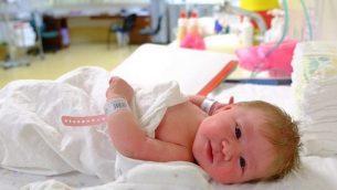 طفل حديث الولادة في مستشفى إسرائيلي. (Chen Leopold/Flash90)