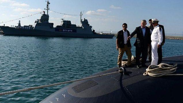 بنيامين نتنياهو يقوم بجولة في غواصة INS Tanin، التي بنتها الشركة الألمانية ثيسنكروب، لدى وصولها إلى إسرائيل في 23 سبتمبر 2014. (Kobi Gideon / GPO / Flash90)
