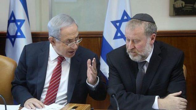 رئيس الوزراء بنيامين نتنياهو يتحدث مع أفيحاي ماندلبليت، سكرتير مجلس الوزراء آنذاك، في القدس في 27 ديسمبر 2015. Marc Israel Sellem/POOL)