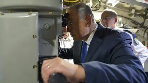 """رئيس الوزراء بنيامين نتنياهو في حفل استقبال للغواصة الجديدة """"راحاف"""" في القاعدة البحرية الإسرائيلية في حيفا، في 12 يناير 2016. (Kobi Gideon / GPO / File)"""