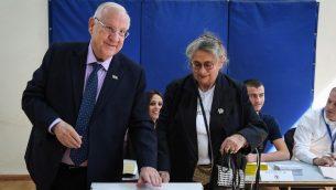 الرئيس رؤوفن ريفلين وزوجته نحاما يدليان بصوتهما في محطةى اقتراع بيوم الانتخابات البلدية، في القدس، 30 اكتوبر 2018 (Mark Neyman/GPO)