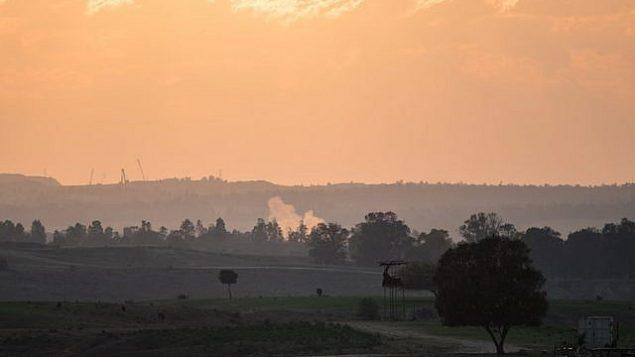 توضيحية: ارتفاع الدخان من صاروخ سقط من غزة في حقل في جنوب إسرائيل قرب الحدود مع غزة في 13 نوفمبر 2018. (Hadas Parush/Flash90)