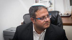 إيتمار بن غفير يعقد مؤتمرا صحفيا مع أفراد عائلة يهودا وتمار كدوري، اللذين عُثر على جثتيهما في منزلهما في حي عامونا، القدس، 30 يناير، 2019. (Yonatan Sindel/Flash90)