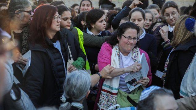 اعضاء مجموعة 'نساء الحائط' يعقدن صلوات اثناء تظاهر الاف النساء اليهوديات المتشددات ضدهم في باحة حائط المبكى في القدس القديمة، 8 مارس 2019 (Hadas Parush/Flash90)
