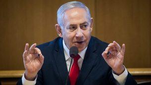 رئيس الوزراء بنيامين نتنياهو يتحدث في مراسم توقيع على اتفاق لبناء شقق جديدة في القدس، 11 مارس، 2019.  (Aharon Krohn/Flash90)