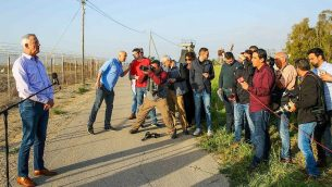 """قائد حزب """"أزرق-أبيض"""" بيني غانتس يعقد مؤتمرا صحفيا في كيبوتس ناحال عوز، بالقرب من حدود غزة، في 15 مارس 2019. (Flash90)"""