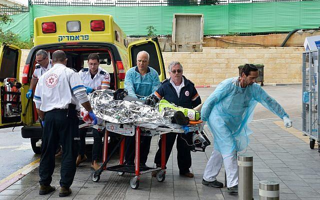إحضار رجل إسرائيلي أصيب في هجوم إطلاق نار في شمال الضفة الغربية إلى مستشفى بيلينسون في بتاح تكفا في 17 مارس 2019. (Flash90)