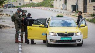 جنود إسرائيليون خلال مداهمة في قرية بروقين بالقرب من بلدة سلفيت في الضفة الغربية، 17 مارس، 2019، خلال عمليات بحث عن منفذ هجوم فلسطيني قتل شخصين بالقرب من أريئيل. (Flash90)