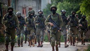 جنود إسرائيليون ينفذون مداهمة في قرية بروقين بالقرب من بلدة سلفيت في شمال الضفة الغربية، 17 مارس، 2019. (Flash90)