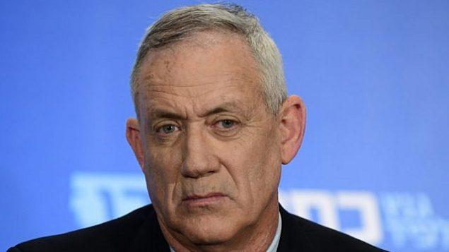 """بيني غانتز ، قادة التحالف السياسي """"أزرق-أبيض"""" يحضر مؤتمرا صحفيا في تل أبيب في 18 مارس 2019. (Tomer Neuberg/Flash90)"""