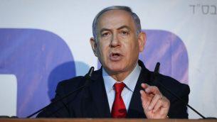 رئيس الوزراء بنيامين نتنياهو يدلي بتصريح للإعلام من منزل رئيس الوزراء في القدس، 20 مارس 2019 (Yonatan Sindel/Flash90)