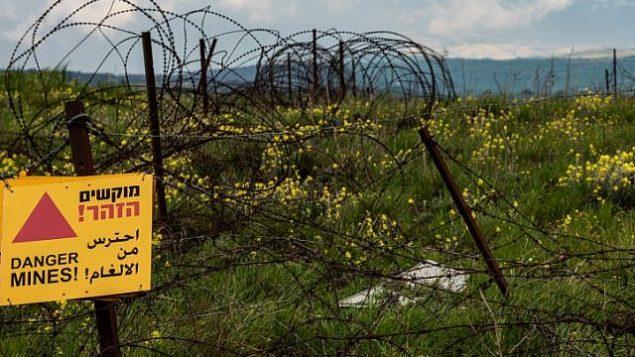 لافتة تحذر من الغام بالقرب من الحدود السورية الإسرائيلية في مرتفعات الجولان، 25 مارس 2019 Basel Awidat/Flash90)