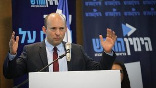 وزير التربية والتعليم نفتالي بينيت يتحدث خلال مؤتمر صحفي للإعلان عن إطلاق حلملة 'الجنوب الجديد' لحزب 'اليمين الجديد' في مدينة أشدود، 26 مارس، 2019.   (Yonatan Sindel/Flash90)