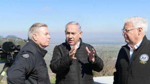 السيناتور الامريكي ليندزي غراهام، رئيس الوزراء بنيامين نتنياهو، والسفير الامريكي الى اسرائيل دافيد فريدمان، خلال جولة في مرتفعات الجولان، 11 مارس 2019 (Amos Ben Gershom/GPO)