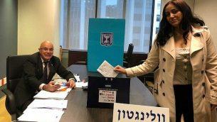 عنات عميخاي، زوجة رئيس الأمن في سفارة إسرائيل في ويلنغتون، نيوزيلندا، أول من أدلت بصوتها في الانتخابات للكنيست الحادية والعشرين، في الاقتراع المبكر المسموح به للدبلوماسيين وعائلاتهم، 28 مارس 2019. (وزارة الخارجية الإسرائيلية)
