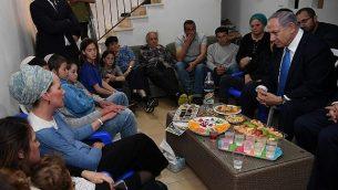 رئيس الوزراء بنيامين نتنياهو (يمين الصورة) يقدم تعازيه لعائلة الحاخام أخيعاد إيتنغر في مستوطنة ايلي بالضفة الغربية، 19 مارس 2019. (Haim Zach/GPO)