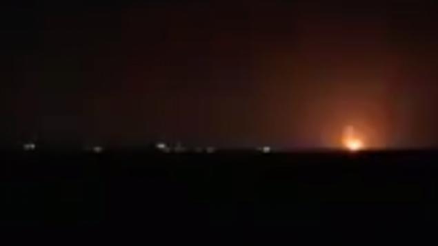 توضيحية: انفجارات في شمال قطاع غزة من غارات جواية إسرائيلية تضيء سماؤ المنطقة في 22 يناير، 2019.  (Screen capture: Channel 13)