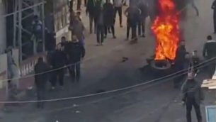 """صورة شاشة من فيديو لقناة """"كان""""، يظهر مظاهرة في قطاع غزة ضد غلاء المعيشة، 15 مارس 2019 (Screen capture: Twitter)"""