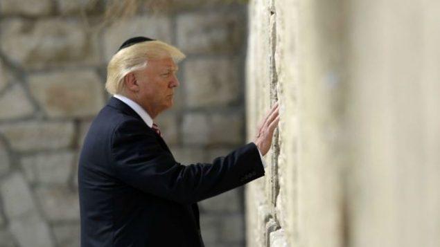 الرئيس الأمريكي دونالد ترامب يزور الحائط الغربي، 22 مايو، 2017، في القدس.  (AP Photo/Evan Vucci)
