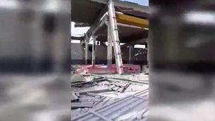 لقطة شاشة من مقطع فيديو يظهر الأضرار التي لحقت بمستودع في سوريا في غارة جوية نٌسبت لإسرائيل. (Twitter Screenshot)