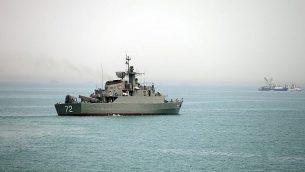 توضيحية: سفينة 'البرز' الحربية الإيرانية، في مقدمة الصورة، تستعد لمغادرة مياه مضيق هرمز، في صورة نشرتها وكالة الأنباء الإيرانية شبه الرسمية 'فارس'، 7 أبريل، 2015. (AP/Fars News Agency, Mahdi Marizad)