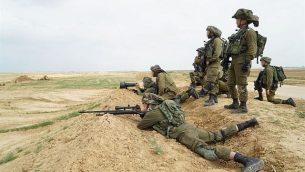 القناصة الإسرائيليون يستعدون لاحتجاجات واسعة للفلسطينيين في غزة واحتمال قيام المتظاهرين بمحاولة اختراق السياج الحدودي في 30 مارس 2018. (الجيش الإسرائيلي)