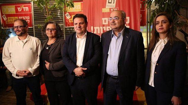 قادة تحالف 'الجبهة-العربية للتغيير' في حفل لإطلاق حملة الحزب الإنتخابية باللغة العبرية في تل أبيب، 13 مارس، 2019. (Courtesy Hadash-Ta'al)