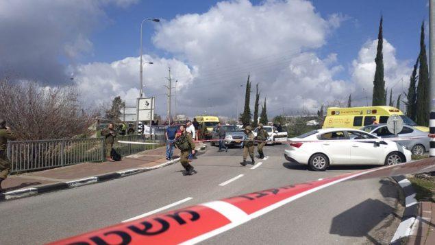 جنود اسرائيليون في ساحة هجوم اطلاق نار بالقرب من مفرق ارئيل في شمال الضفة الغربية، 17 مارس 2019 (B'Lev Hadashot)