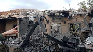 منزل في بلدة ميشمورت في وسط إسرائيل، تدمر في هجوم صاروخي من قطاع غزة، 25 مارس، 2019. (courtesy)