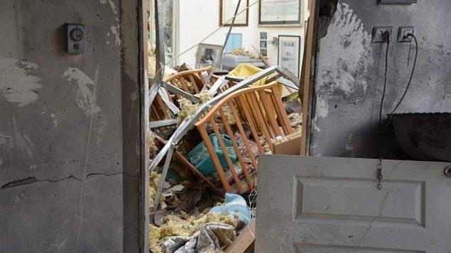 الشرطة تتفقد منزلا في بلدة مشميرت الواقعة في وسط إسرائيل تدمر نتيجة هجوم صاوخي من قطاع غزة، 25 مارس، 2019.  (Israel Police)