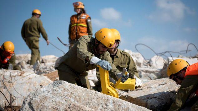 جنود من قيادة الجبهة الداخلية في الجيش الإسرائيلي، خلال تدريبات بحث واغاثة خلال تدريب جاهزية للطوارئ اجري على مدار اسبوع في انحاء البلاد، مارس 2018 (Israel Defense Forces)
