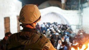 توضيحية: جنود إسرائيليون يرافقون المئات من المصلين اليهود إلى موقع قبر يوسف المقدس في نابلس شمال الضفة الغربية، 10 ديسمبر، 2018. (Israel Defense Forces)