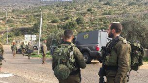 القوات الإسرائيلية تصل إلى موقع هجوم دهس أصيب فيه جنديان إسرائيليان في وسط الضفة الغربية، 4 مارس، 2019. (Israel Defense Forces)