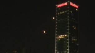 إطلاق صواريخ من منظومة 'القبة الحديدية' تجاه صاروخ تم إطلاقه من غزة في سماء تل أبيب، 14 مارس، 2019.  (video screenshot)