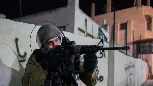توضيحية: جندي إسرائيلي خلال عملية بالقرب من مدينة بيت لحم في الضفة الغربية، 8 ديسمبر، 2015. (Nati Shohat/Flash90)