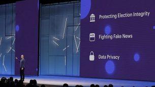 الرئيس التنفيذي لشركة فيسبوك مارك زوكربرغ يلقي خطابا رئيسيًا في F8، مؤتمر مطوري فيسبوك في سان خوسيه، كاليفورنيا، في 1 مايو 2018. فيسبوك تقول إنها ستوسع برنامج تدقيق الحقائق ليشمل الصور ومقاطع الفيديو خلال محاربتها الأخبار المزورة والمعلومات الخاطئة . (AP Photo/Marcio Jose Sanchez, File)