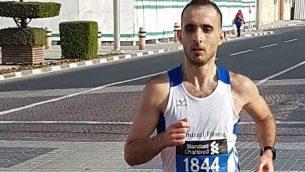 حسن الشيشكلي خلال مشاركته في سباق ماراثون في الإمارات.   (screenshot )