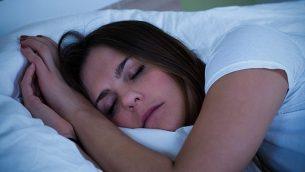 صورة توضيحية لسيدة نائمة (أندري بوبوف ، iStock by Getty Images)