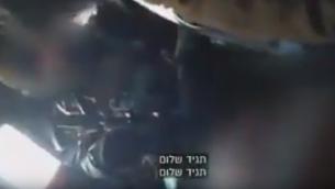 صورة شاشة من فيديو يظهر جنود إسرائيليون يضربون فلسطينيين (YouTube)