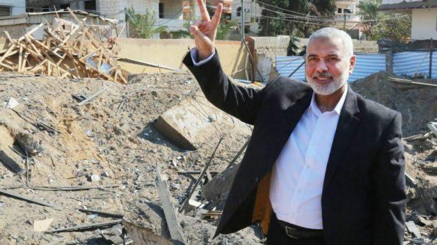 قائد حماس اسماعيل هنية، امام حطام مكتبه في مدينة غزة الذي تعرض لقصف اسرائيل قبل يومين، 27 مارس 2019 (Hamas)