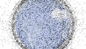 """آلاف الأجسام الاصطناعية - 95٪ منها """"قمامة فضائية"""" - تشغل المدار الأرضي المنخفض. تُظهر كل نقطة سوداء في هذه الصورة إما قمر صناعي يعمل، أو قمر صناعي غير نشط، أو قطعة من الحطام. كل نقطة تعتبر أكبر نسبيا من القمر الصناعي أو الحطام الذي تمثله. (NASA illustration courtesy Orbital Debris Program Office.)"""