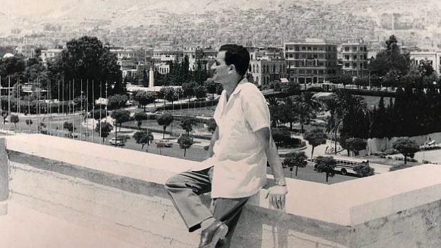 صورة غير مؤرخة للجاسوس الإسرائيلي إيلي كوهين في سوريا وهو يضع ساعة اليد التي استعادها جهاز الموساد في عام 2018. (PMO)
