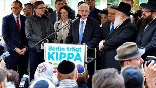 جوزيف شوستر، رئيس المجلس المركزي ليهود ألمانيا، يلقي كلمة خلال حدث 'برلين تضع الكيباه'، الذي ارتدى فيه أكثر من 2,000 يهودي وغير يهودي 'الكيباه' اليهودية لإظهار التضامن مع اليهود في 25 أبريل، 2018 في برلين بعد أن اجتاحت برلين موجة من الحوادث المعادية للسامية. (AFP PHOTO / Tobias SCHWARZ)
